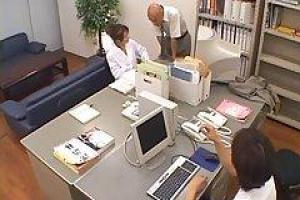 азиатский секретарь, Нами Кимура перебирался и трахался в ее офисе после ее рабочего времени