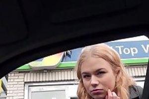 Блондинка малыш попросил, чтобы незнакомец вел ее дом и предложил сосать член в ответ