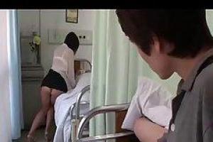 азиатская девочка сосет огромный член в больнице, думание tha никто наблюдает за нею