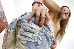 Tasia нетерпеливо сосет огромный член ее возлюбленного и готовится трахать ее трудную задницу