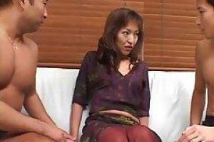 Asain milf, Кеко сосет член ее мужа, в то время как ее возлюбленный трахает ее сзади