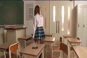 японская школьница была поймана на ленте, в то время как она играла своя киска в классе