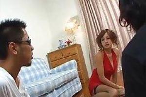 азиатская шлюха была нанята, чтобы заняться сексом с двумя парнями в то же время на диване