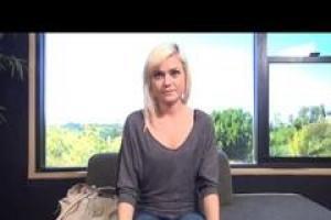20-летний блондин малыш с маленькими сиськами хочет быть порнозвездой и у нее было свое первое интервью