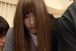 азиатская школьница, Chika часто трахает двух парней в то же время, потому что она - шлюха