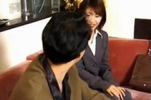 азиатская леди пригласила своего лучшего сотрудника в ее место, потому что она хотела заняться сексом с ним