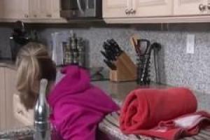 Белокурая леди застряла в кухне, таким образом, ее неродной сын использовал возможность трахнуть ее