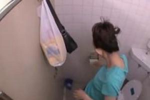 азиат малыш становится прибитым незнакомцем в общественном туалете в собачьем положении стиля