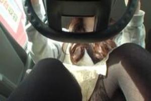 азиатская девочка прилагает все усилия, чтобы не спускать ее глаз с дороги, будучи трахавшимся