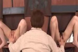 азиатские девочки и возбужденные парни участвуют странное шоу в прямом эфире и занимаются сексом перед камерой