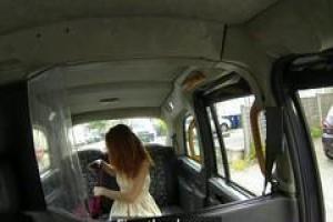 Spenish, красная волосатая модель занимается сексом с таксистом, чтобы получить бесплатную поездку
