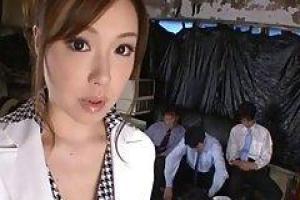 азиатский птенец, Айко нравится иметь дикий секс со многими парнями в то же время