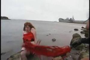 Neeka мучается рекой Ким Уайлд, потому что она попросила его