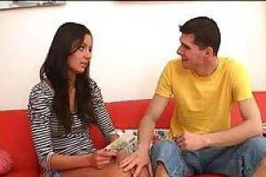 Ketrin пошел в гостиную и попросил, чтобы друг ее сестры трахнул ее трудную задницу