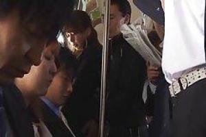 Yuki досаждали в автобусе и трахался в общественном туалете совершенно незнакомым человеком