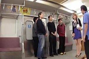 азиатская милашка весело проводит время в метро на ее пути домой из ее офиса