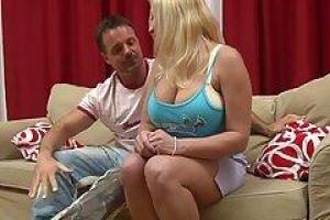 Dita - полная блондинка, которая имеет большую грудь и любит правильно трахнуться