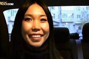 азиатская девушка заставила много денег сосать член красивого незнакомца и трахаться