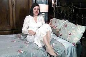 Sharlyn снял ее белое, эротическое дамское белье и показал ее волосатую киску камере