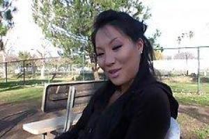азиатская порнозвезда, Эйса дает интервью парню, которому любопытно на предмет ее