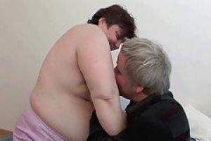 BBW позволяет старому парню сосать ее сиськи, прежде чем она проглотит его член, готовя его к shagging