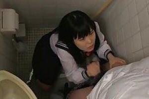 Азиатская школьница сосет член друга в туалете, в то время как он делает видео из нее