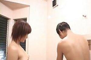 Mirai и ее возлюбленный принимают ванну вместе, в то время как ее муж на пути домой
