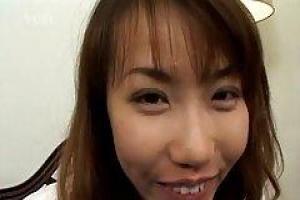 Hirai сосет самый большой член, который она когда-либо видела, нося ее оборудование променада