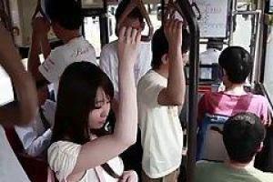 Aika Yumeno досаждают в автобусе, и затем она трахнулась в общественном туалете