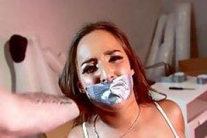 Amirah Adara не может кричать, будучи трахавшимся, потому что у нее есть клейкая лента по ее губам
